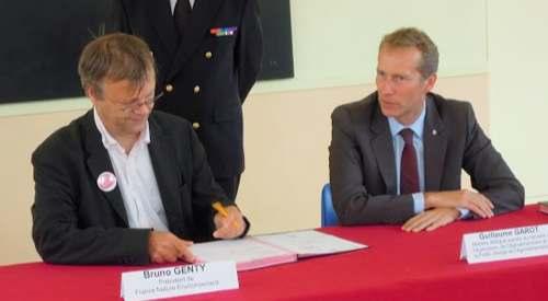 Le 9 septembre, France Nature Environnement signe le pacte de Guillaume Garot dans une école Ouistreham